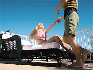 Natalia Starr loves coochie humping in the red-hot sunshine