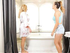 Bathtime lesbian stunners Olivia Austin and Melissa Moore