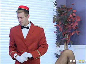 Real kinky cougar Phoenix Marie gets deep service in motel apartment