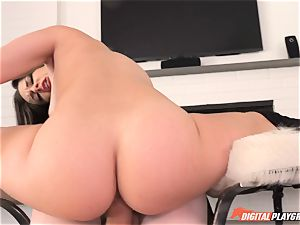 Flexi babe Cassidy Klein takes it deep in her minge fuck hole