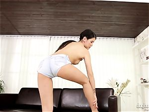 dark-haired cutie chick Dee plays with her super-cute rosy cunny